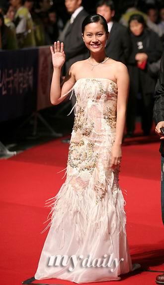 图文:釜山电影节闭幕-越南女星纯白礼服走红毯