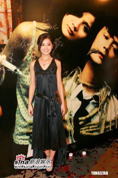 图文:《妄想》香港首映--阿SA在海报前