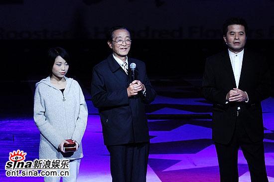 图文:毕福剑换正装登场邀请放映员世家上台