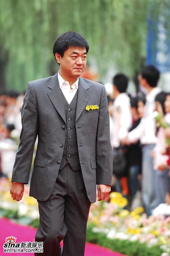 图文:金鸡百花电影节百花大道-董勇一身正装
