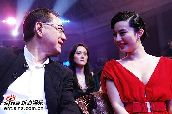 图文:杨受成范冰冰微笑对视宋佳端坐二人中