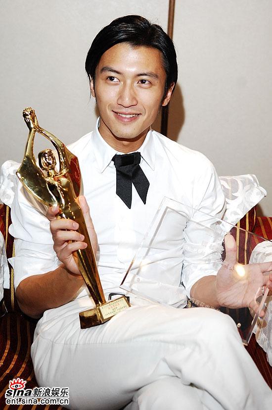 图文:最佳男配角获得者谢霆锋展示奖杯很开心