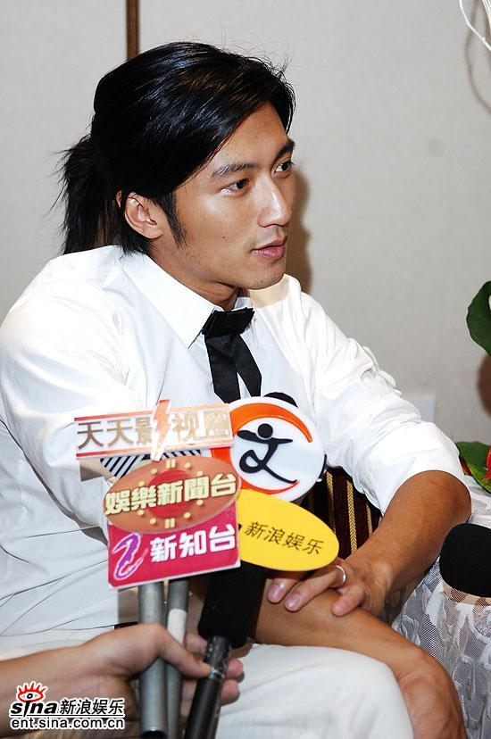 图文:谢霆锋获奖后接受新浪娱乐采访婚戒抢眼