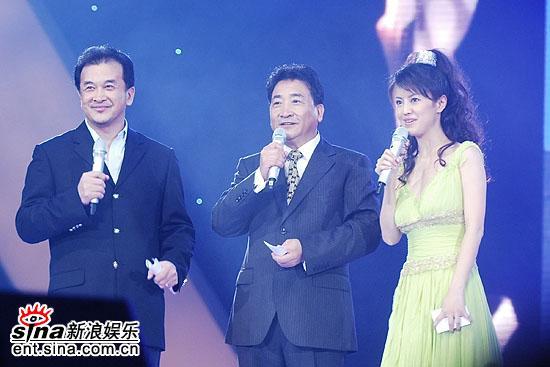 图文:金鸡百花颁奖--主持人经纬、黄宏、姜昆