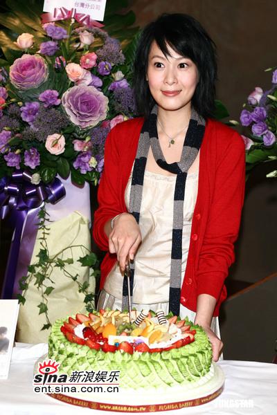 """图文:刘若英庆祝获""""百花影后""""-刘若英切蛋糕"""
