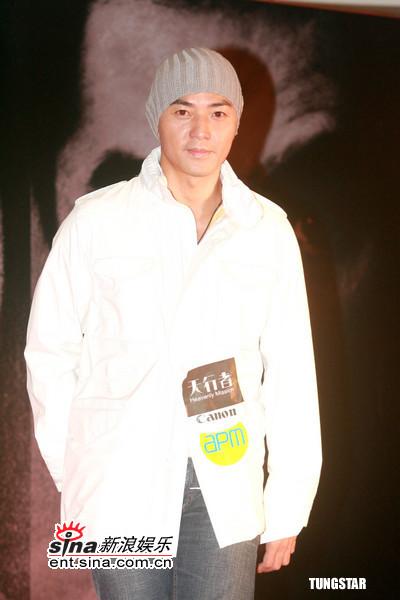 图文:《天行者》香港首映--郑伊健光头戴帽图片