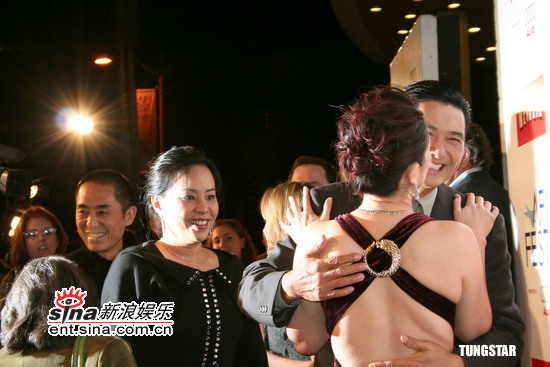 图文:《黄金甲》美国首映发哥当妻子面抱巩俐