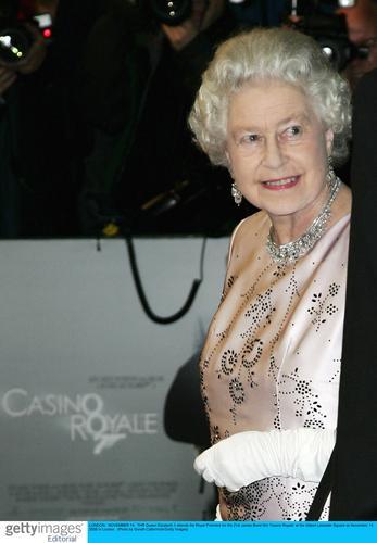 图文:《皇家赌场》首映--英女王伊丽莎白二世