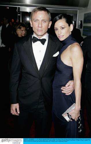图文:《皇家赌场》伦敦首映--克雷格与女友