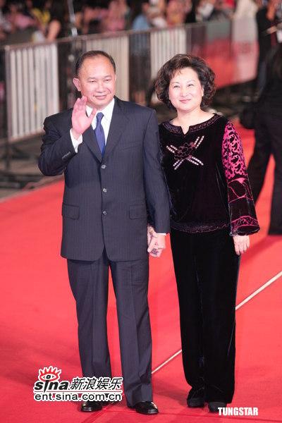 图文:金马奖红毯--吴宇森招呼影迷夫人微笑