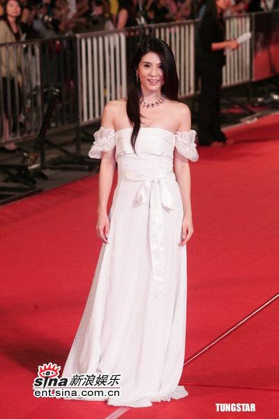 图文:金马奖红毯--杨采妮爆乳装秀香肩
