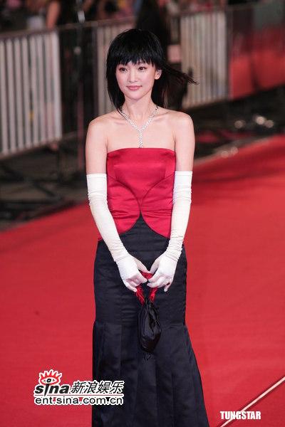 图文:金马奖红毯--周迅红黑双色礼服