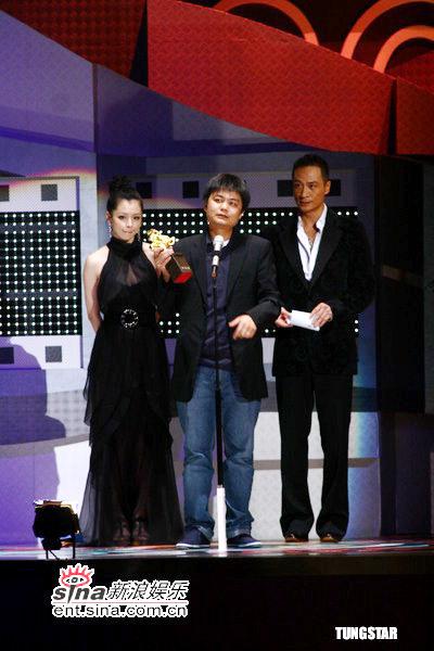图文:金马奖颁奖--相关人员代领最佳女配奖