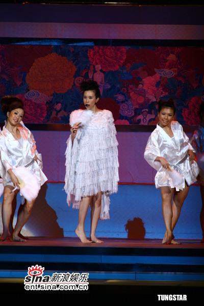 图文:莫文蔚赤脚秀长腿个性舞姿动人