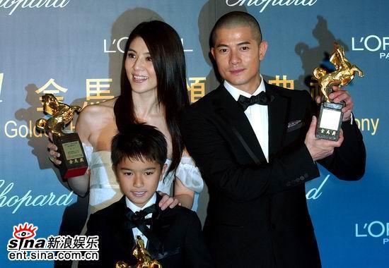 图文:郭富城杨采妮吴景滔手捧奖杯开心合影