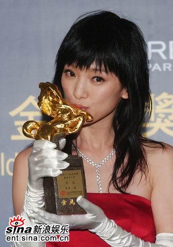 图文:周迅首获金马奖最佳女主角开心亲吻奖杯