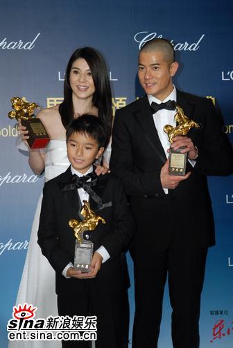 图文:金马奖后台--《父子》一家三口手捧奖杯