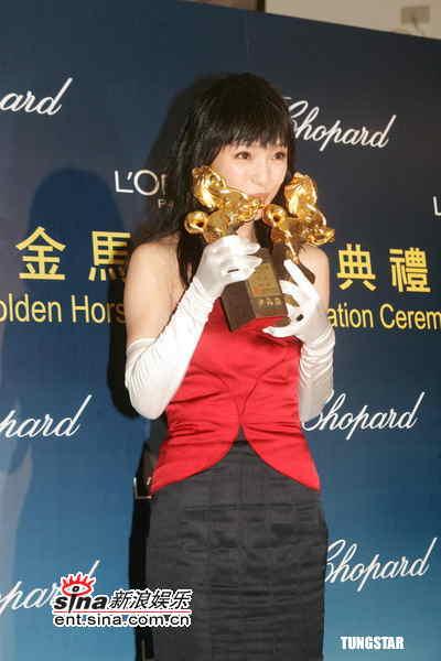 图文:金马奖颁奖后台--周迅亲吻两座金马奖杯
