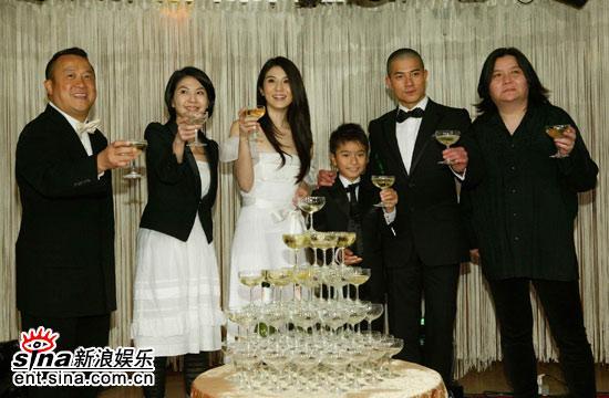 图文:《父子》香港庆功会--主创人员香槟庆祝