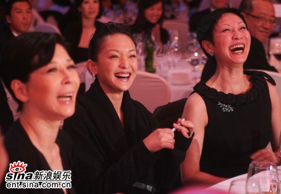 图文:亚洲电影博览会闭幕--周迅等台下开心大笑