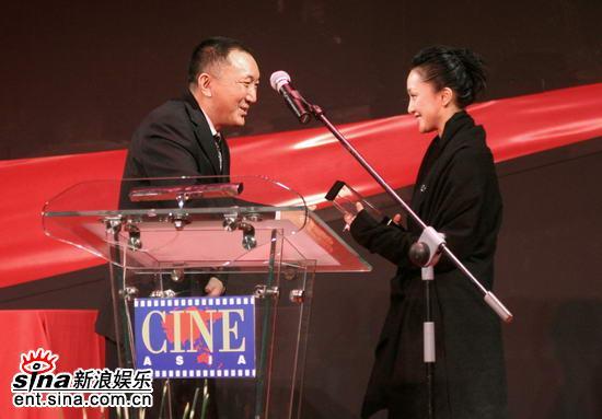 图文:亚洲电影博览会闭幕--韩三平为周迅颁奖