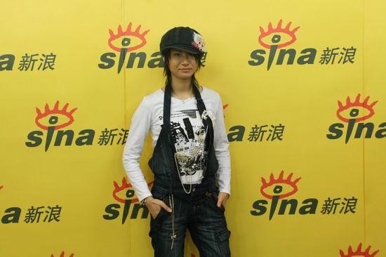 图文:尚雯婕做客新浪--帅气打扮