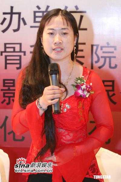 图文:电影《红楼梦》发布会--芙蓉姐姐大红装