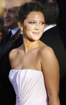 图文:金球奖-德鲁-巴里摩尔白色礼服亮相红毯