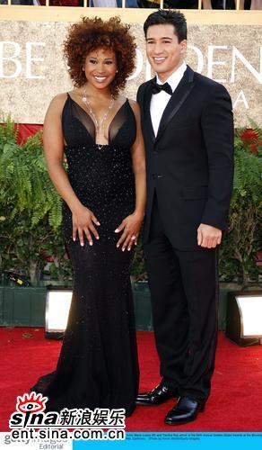 图文:64届金球奖--演员Lopezand和Ray走红毯