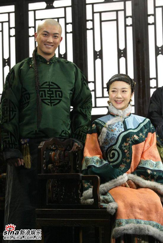 图文:《白银帝国》发布会--两位演员笑容可掬
