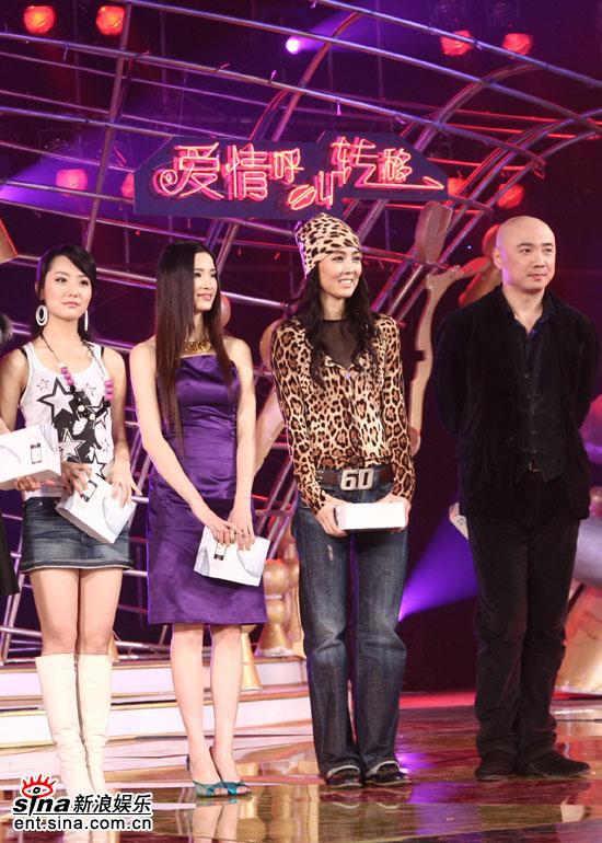 图文:徐峥、白冰、姜宏波、龚蓓�在舞台上