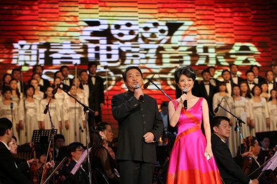 图文:CCTV6新春电影音乐会--主持人姜昆经纬