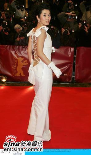 图文:柏林电影节闭幕红毯余男白色长裙秀美背