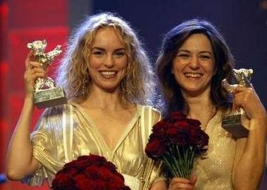 图文:尼娜-霍斯和玛蒂娜-戈黛特拿奖笑颜如花