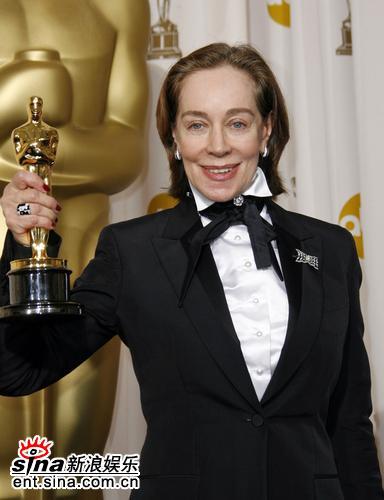 图文:《绝代艳后》米兰拉获颁最佳服装设计奖