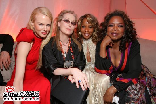 图文:妮可-基德曼与三位姐妹花开心亮相酒会
