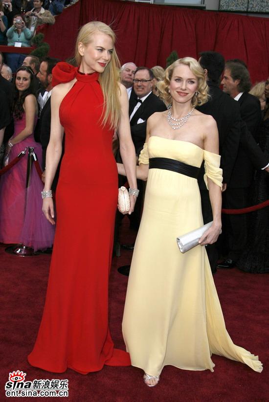 图文:妮可-基德曼和娜奥米-沃茨红毯惺惺相惜