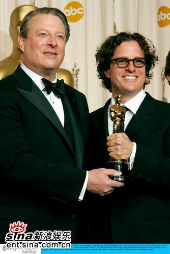 图文:美国前副总统戈尔与导演戴维斯展示奖杯