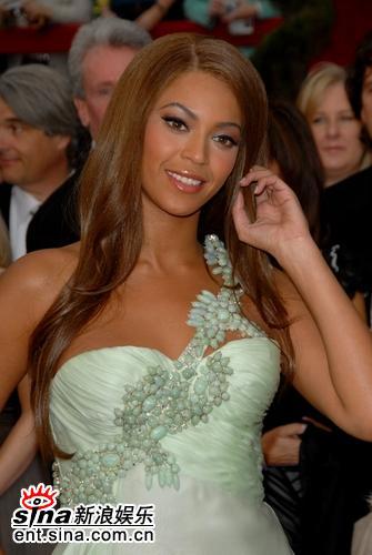 图文:女歌手碧昂斯-诺里斯绿色长装亮相红毯