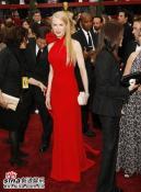 组图:妮可-基德曼飘逸金发红色礼服秀丰姿