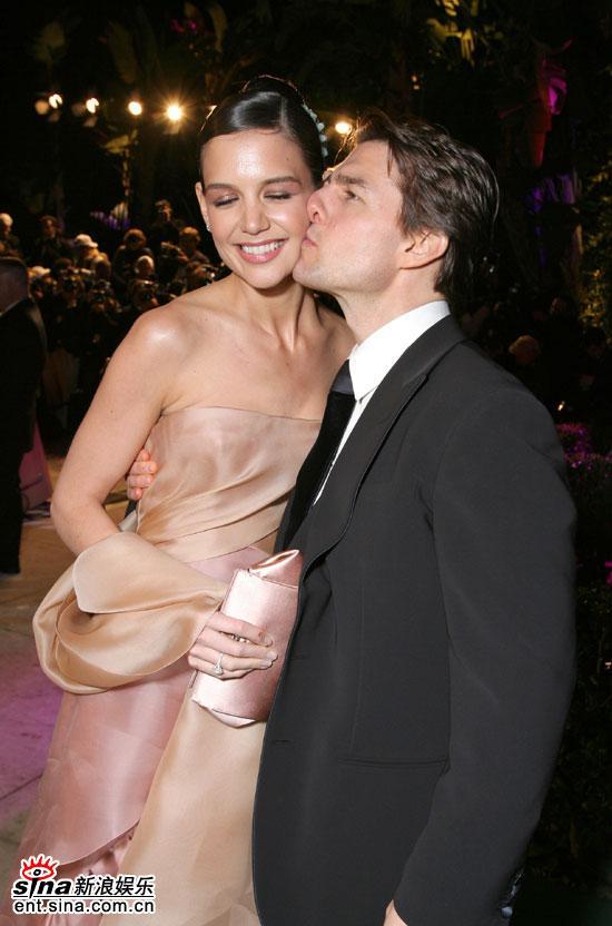 图文:奥斯卡派对汤姆-克鲁斯亲吻妻子凯蒂