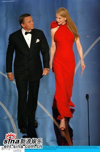 图文:新科007丹尼尔-克雷格和妮可一同颁奖