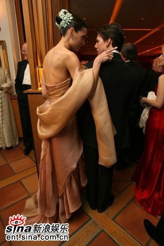 图文:汤姆-克鲁斯夫妇亲密亮相奥斯卡派对