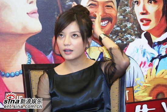 图文:《姨妈》首映发布会--赵薇表情可爱