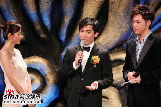 图文:梁朝伟在颁奖现场--焦点人物