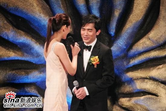 图文:梁朝伟在颁奖现场--被主持人逗乐