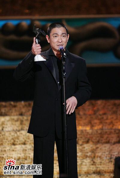 图文:刘德华获亚洲电影票房巨星大奖展示奖杯