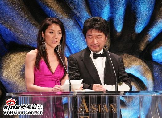 图文:杨紫琼和导演是枝裕和颁最佳男演员奖