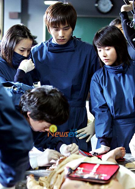 组图:韩片《解剖学教室》将首映韩智敏玩死尸