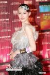 组图:《刺青》香港首映梁洛施造型美艳如天鹅